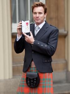 Ewan-McGregor-en-kilt-pour-recevoir-une-distinction-a-Buckingham